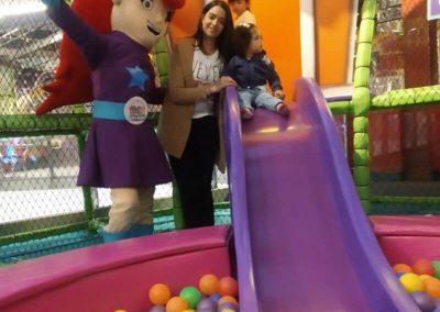 En la piscina de pelotas del Baby House con Alegra